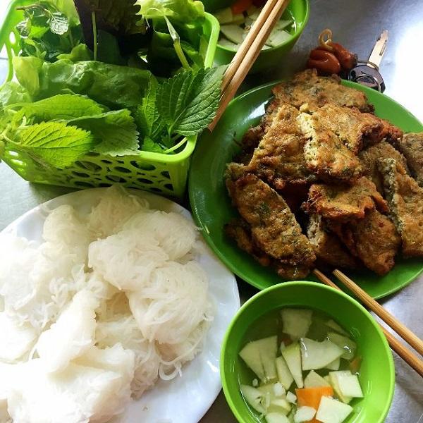 Ăn chả rươi không thể phù hợp hơn với thời tiết Hà Nội se lạnh như thế này. Còn chờ gì nữa mà không thưởng thức món ăn này ngay thôi