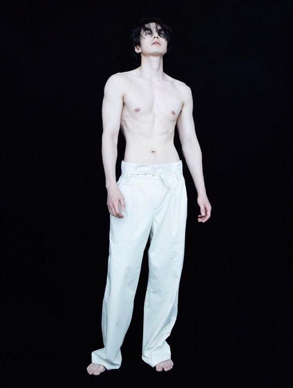 Bộ ảnh cởi trần khoe sáu múi của Lee Dong Wook trên tạp chí từng khiến cả triệu chị em 'sốc nhiệt'.