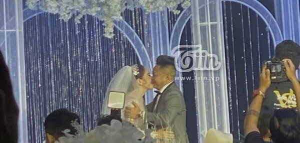 Nụ hôn suốt 10 giây của Bảo Thy và ông xã.