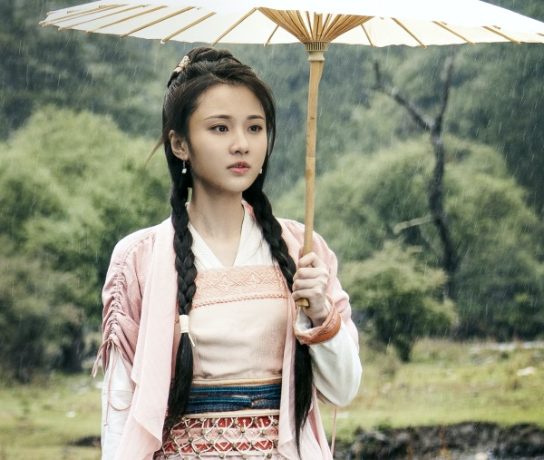 Trang phục của Trương Huệ Văn thì nữ tính và nổi bật nhờ màu hồng xinh xắn.