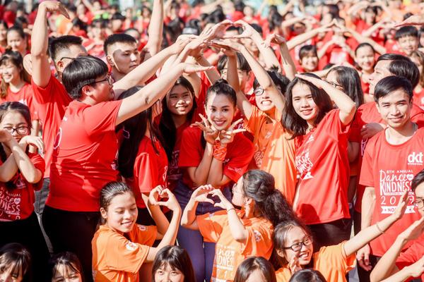 Tiểu Vy 'bung xoã' hết cỡ, nhảy flashmob cùng hàng ngàn sinh viên Đà Nẵng 1