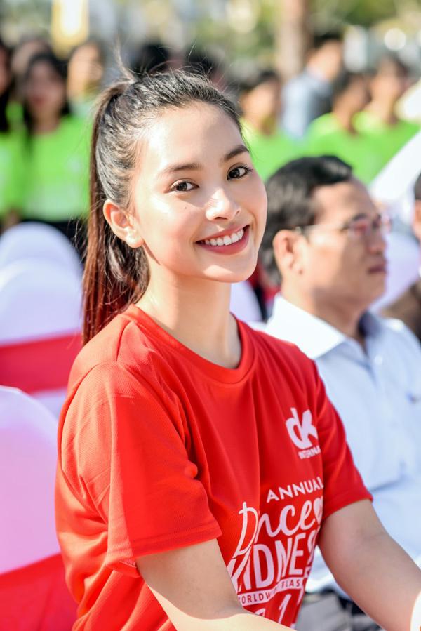 Tiểu Vy 'bung xoã' hết cỡ, nhảy flashmob cùng hàng ngàn sinh viên Đà Nẵng 2