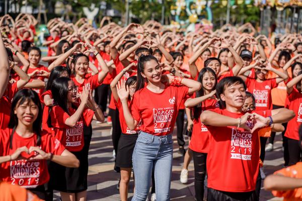 Tiểu Vy 'bung xoã' hết cỡ, nhảy flashmob cùng hàng ngàn sinh viên Đà Nẵng 0