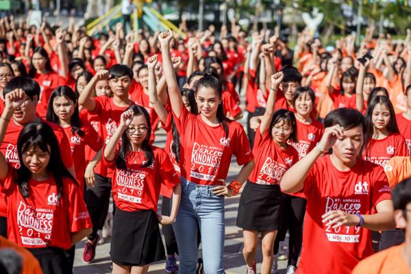 Tiểu Vy 'bung xoã' hết cỡ, nhảy flashmob cùng hàng ngàn sinh viên Đà Nẵng 4