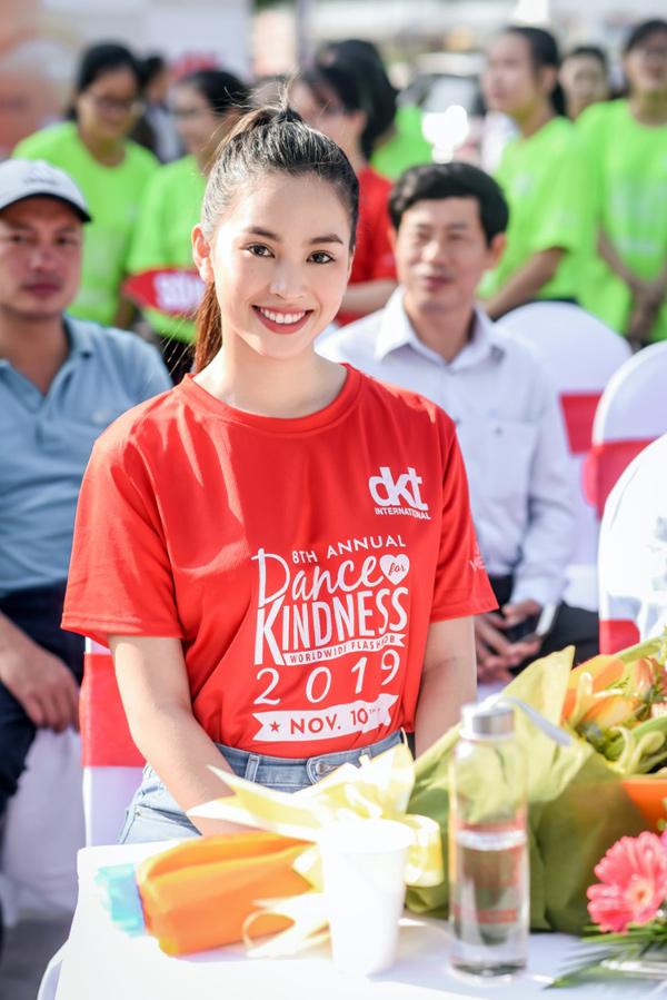 Tiểu Vy 'bung xoã' hết cỡ, nhảy flashmob cùng hàng ngàn sinh viên Đà Nẵng 5