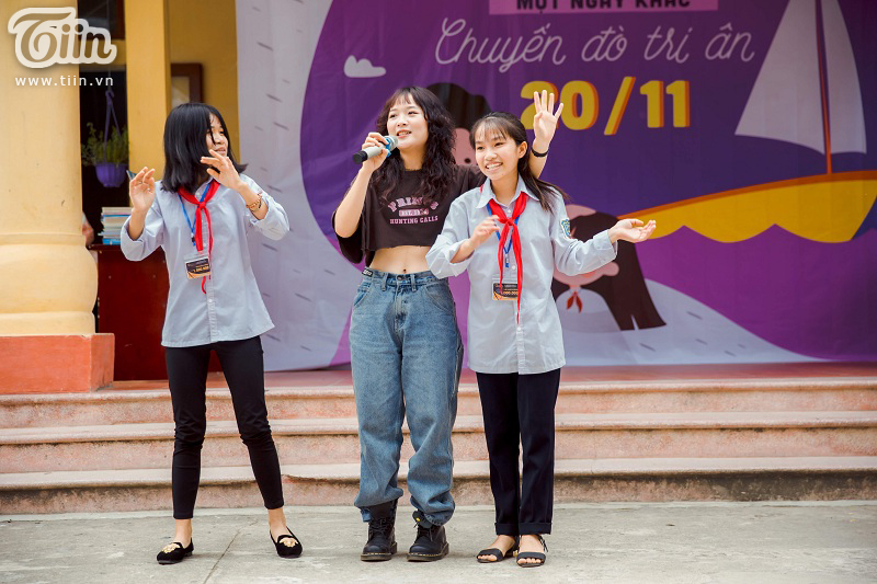 Tham dự chương trình 20/11, diễn viên Lena bất ngờ được các bạn học sinh quây kín không cho về 3