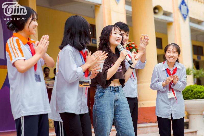 Tham dự chương trình 20/11, diễn viên Lena bất ngờ được các bạn học sinh quây kín không cho về 5