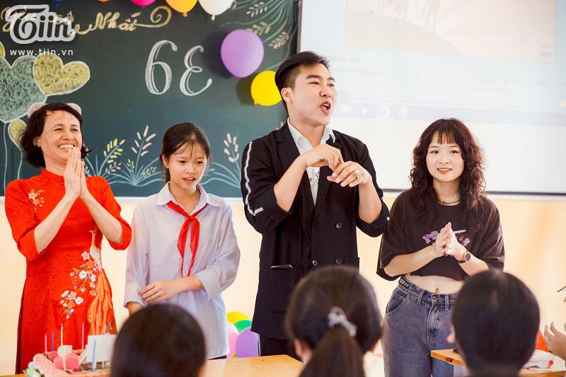 Tham dự chương trình 20/11, diễn viên Lena bất ngờ được các bạn học sinh quây kín không cho về 8