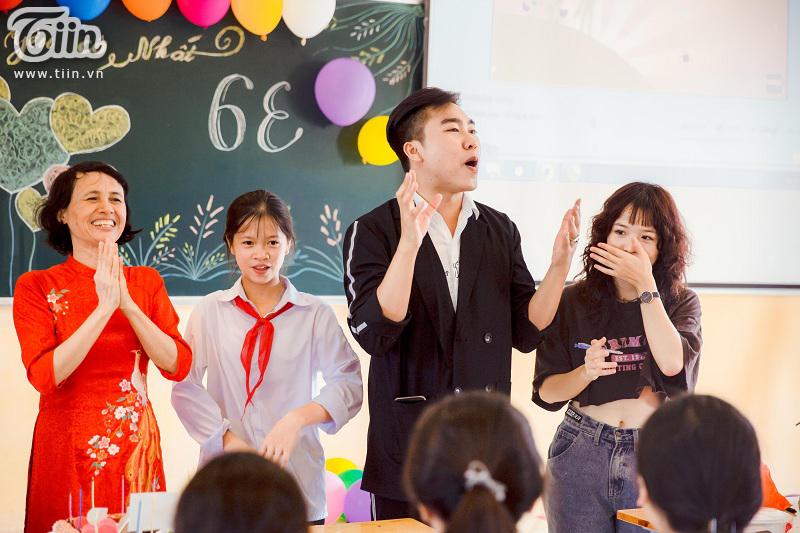 Tham dự chương trình 20/11, diễn viên Lena bất ngờ được các bạn học sinh quây kín không cho về 9