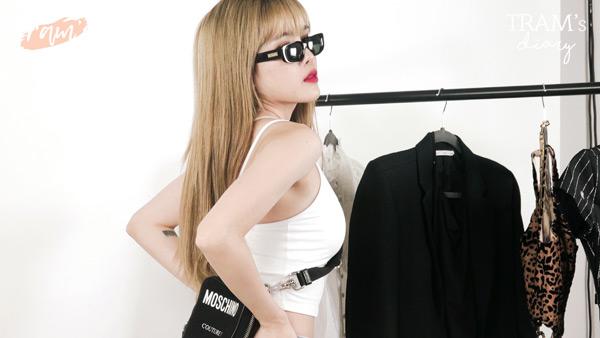 Ngoài ra, do outfit cực kỳ đơn giản nên người đẹp quyết định phối cùng vòng cổ bản nhỏ, tạo ra diện mạo năng động, trẻ trung.