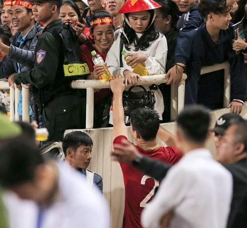 Duy Mạnh khiến hội fangirl 'trụy tim' sau mỗi trận đấu vì hành động chăm sóc bạn gái chuẩn 'soái ca' 2