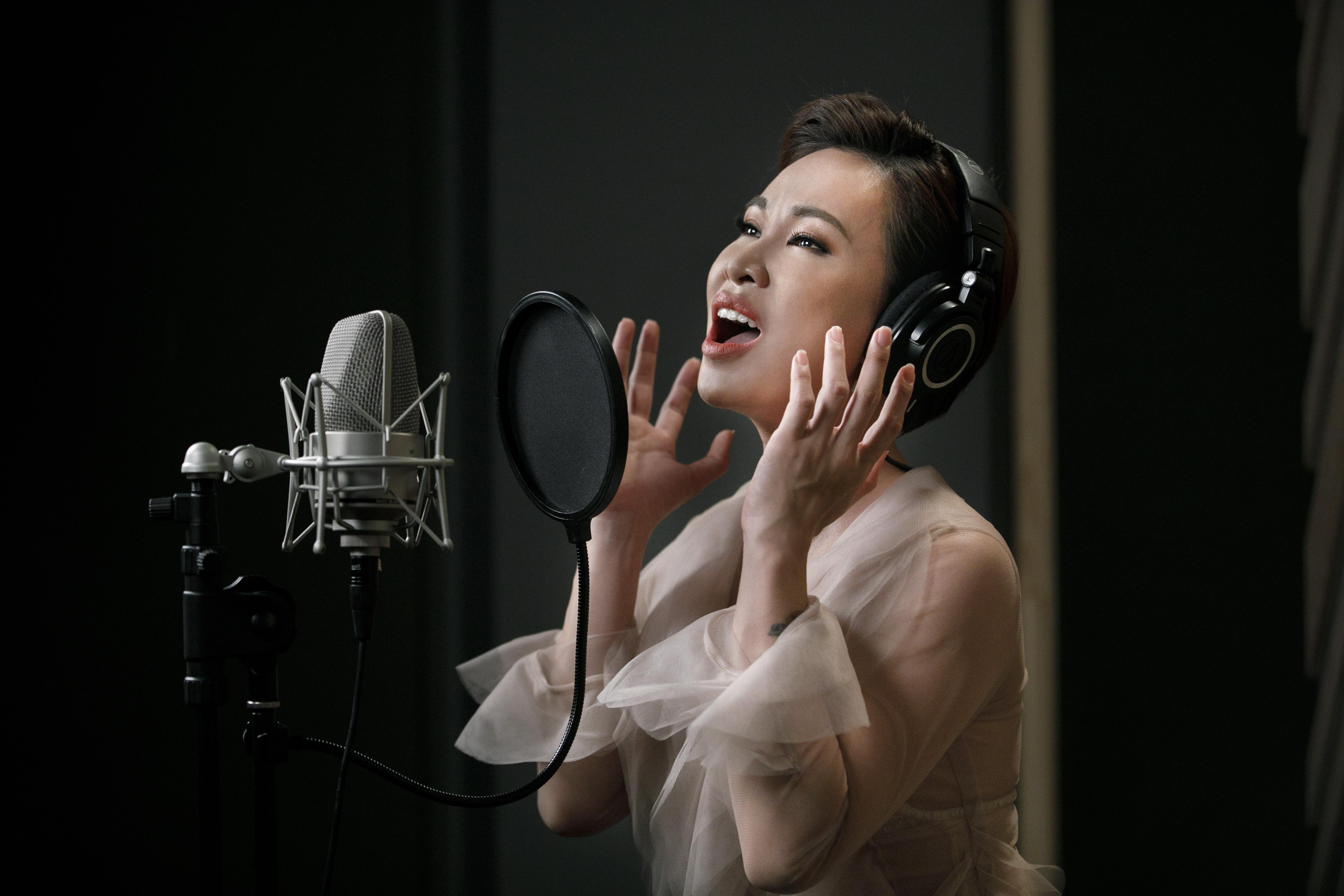 Uyên Linh nổi da gà khi hát nhạc phim 'Hoa hậu giang hồ' 4