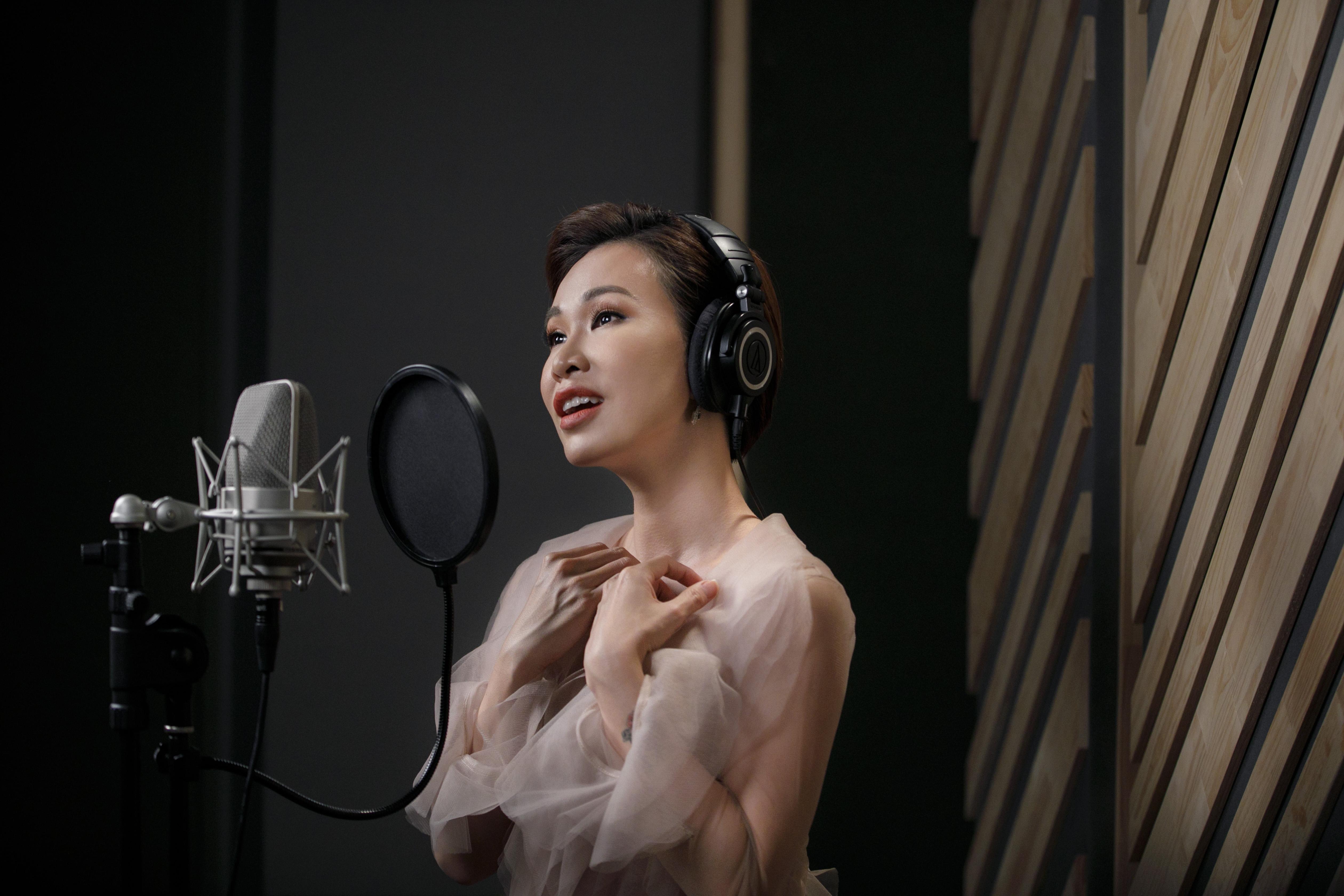 Uyên Linh nổi da gà khi hát nhạc phim 'Hoa hậu giang hồ' 3