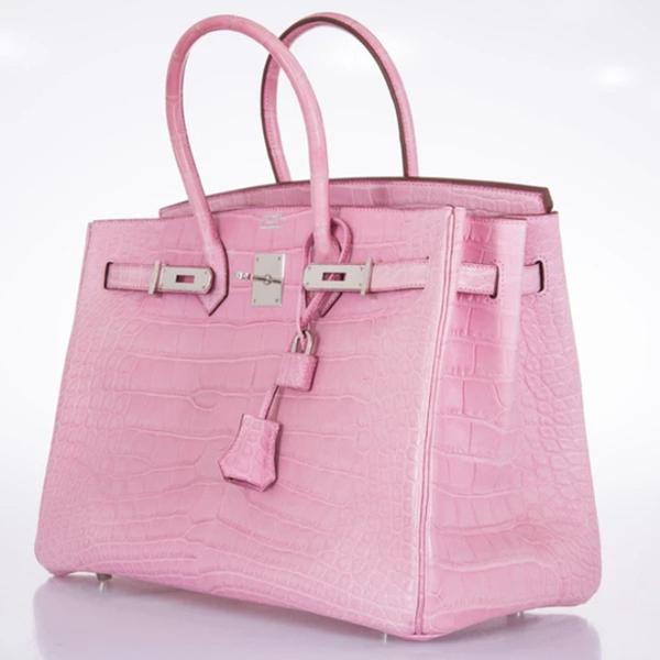 Được biết, chiếc túi mà Ngọc Trinh đang 'để mắt' có tên Hermès Birkin Bubblegum Pink Matte size 25 với màu hồng nhạt, chất da lì làm từ da cá sấu Porosus, trị giá hơn hơn 3 tỷ đồng. Những đặc điểm nhận biết của loại da này là lớp vảy nhỏ, vuông và đối xứng.
