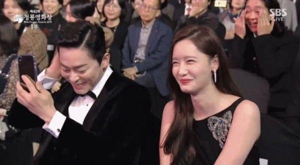 Khoảnh khắc quê độ hài hước: Đạo diễn 'EXIT' lên nhận giải nhưng gọi nhầm tên nam chính Jo Jung Suk 2