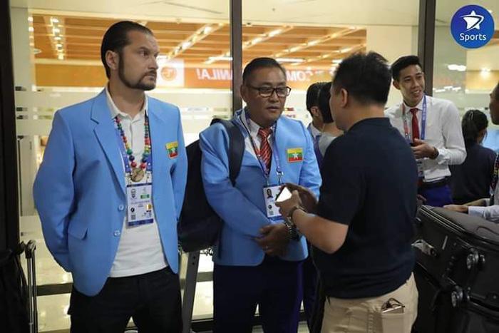 Đoàn Myanmar đến đúng giờ nhưng phải chờ rất lâu ở sân bay.