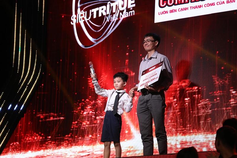 Hai bố con thần đồng nhí xuất hiện trên sân khấu