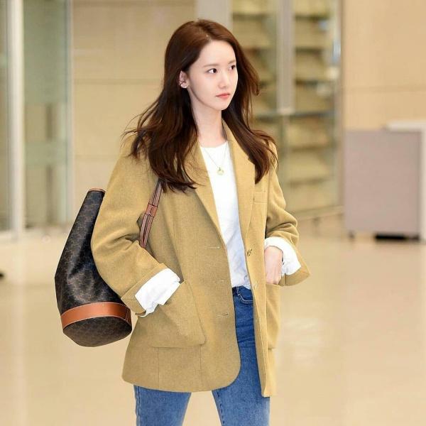 Nhưng đó vẫn chưa là gì so với chiếc túi xách kiểu rút dây nhỏ nhắn của Celine với giá 'sương sương' 32,4 triệu đồng. Đôi giày Vans - thương hiệu yêu thích của cô nàng - hóa ra lại rẻ nhất, chỉ khoảng 2,2 triệu. Tính ra, một set đồ từ sân bay Nội Bài về Hàn của Yoona có giá trị 42,4 triệu đồng.