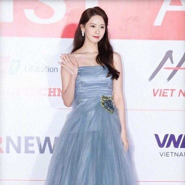 Nhưng khi chọn trang phục dự thảm đỏ, Yoona vẫn ưu ái cho thương hiệu quen thuộc mà cô nàng yêu thích từ trước đến nay - Prada. Thiết kế váy dạng quây ngực tuy đơn giản nhưng lại vô cùng sang chảnh, lộng lẫy, thật sự 'phù phép' để Yoona trở thành một nữ thần thảm đỏ thực thụ.