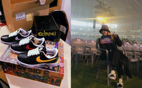 Một người bạn thân thiết khác của G-Dragon trong showbiz là Sandara đã 'canh me' ngay khi giày vừa ra mắt để mua ngay. Khi tậu được hẳn 2 đôi giày là 2 phiên bản khác nhau (đôi giày với dấu swoosh màu vàng có lẽ được G-Dragon tặng riêng vì phiên bản này không bán), cô nàng không quên 'thủ tục' chụp hình chia sẻ lại với các fan.