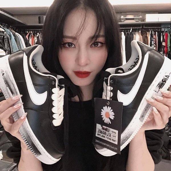 'Chị đại' U40 Han Ye Seul là một 'fan cứng' của đôi giày do G-Dragon thiết kế. Người đẹp phimBirth of a beautythường xuyên khoe đôi giày trong các set đồ ngày thường.
