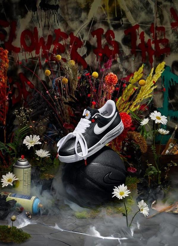 Trong một diễn biến khác, các đôi giày Nike Air Force 1 Low 'Para-noise' sau khi cháy hàng tại khắp nơi trên thế giới gần một tuần thì đã bắt đầu xuất hiện trên các trang web bán lại với giá lên đến 260 triệu đồng. Đặc biệt, phiên bản dấu swoosh màu trắng (được sản xuất giới hạn) có chữ ký riêng của G-Dragon nay đã lên đến 540 triệu đồng.
