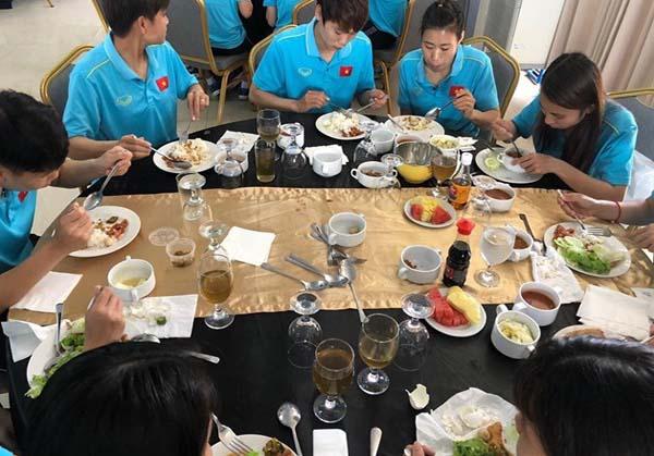 Dân mạng hết lời khen ngợi hành động đẹp của U22 Việt Nam khi gửi tặng thực phẩm cho tuyển nữ 0