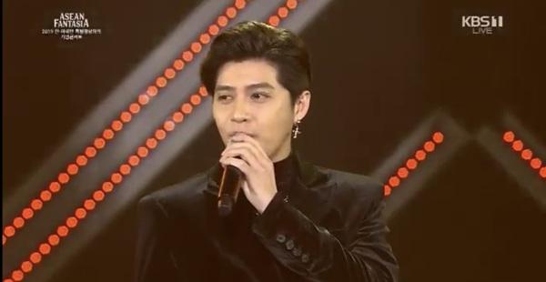 Xuất hiện cực điển trai và phong độ trong bộ vest đen lịch lãm, Noo Phước Thịnh đã thể hiện xuất sắc bản hit mới nhất của mình.