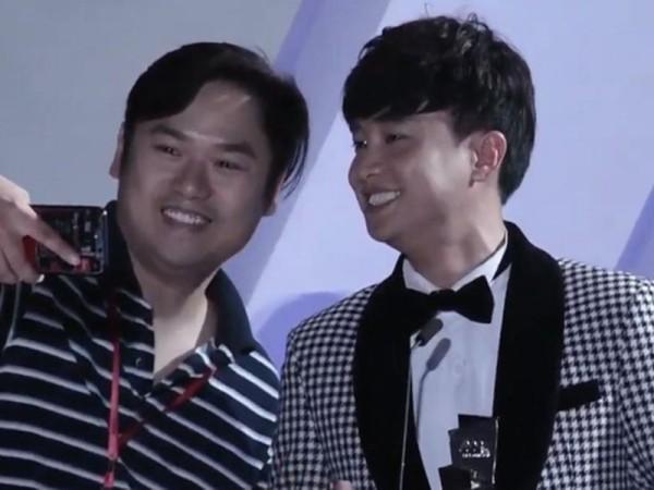 Sự cố một thành viên trong ê-kíp Hàn Quốc chạy lên ... selfie cùng Quốc Trường khi đang nhận giải.