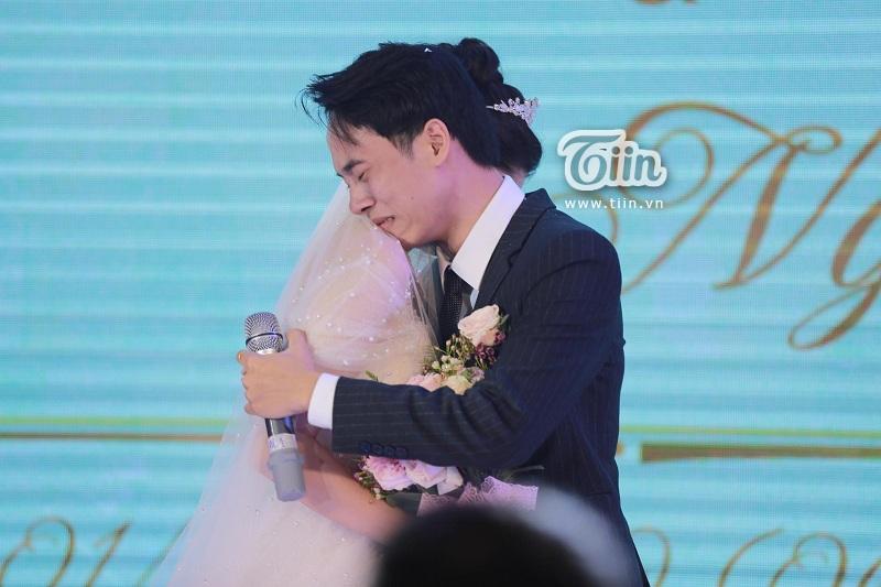 Cả hai ôm chặt nhau khóc trên sân khấu