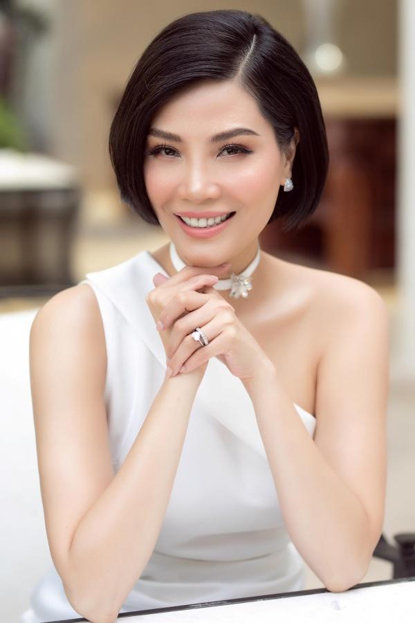 Cựu siêu mẫu Vũ Cẩm Nhung khoe eo thon, tự tin đọ sắc với dàn mỹ nhân trẻ 1