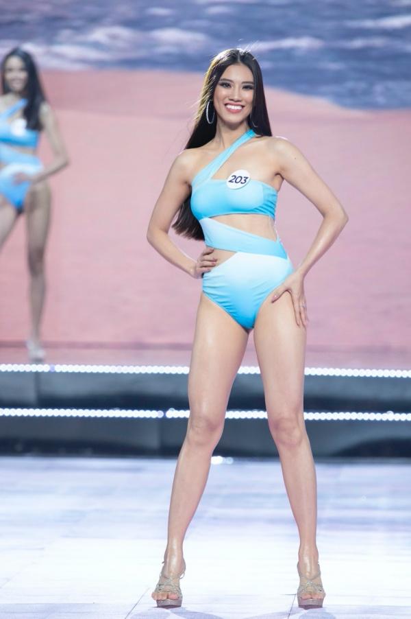 Trong lúc Thúy Vân bối rối vì sự cố lộ ngực, dàn đối thủ nặng ký lại catwalk cùng bikini cực xuất thần 9