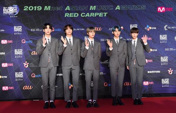 'Tân binh quái vật' năm 2019 - TXT - 'đốn tim' fan khi hóa thành những quý ông đích thực trên thảm đỏ.