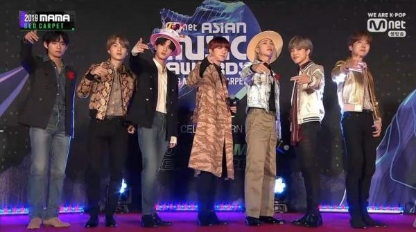 BTS khiến các fan thích thú khi cả 7 thành viên chẳng mặc trang phục liên quan hay đồng bộ với nhau. Dù 'mỗi người mỗi kiểu' nhưng các chàng trai vẫn là những người nổi bật nhất thảm đỏ.