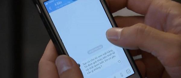Thái đọc trộm tin nhắn của Khuê.