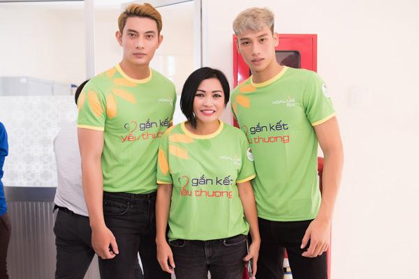 Dàn nghệ sĩ Việt đồng hành cùng hai chàng trai củaMister Việt Nam 2019 trong lần từ thiện này.