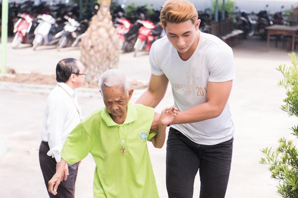Quán quân Mister Việt Nam cùng dàn nghệ sĩ ân cần chăm sóc người bại liệt 3