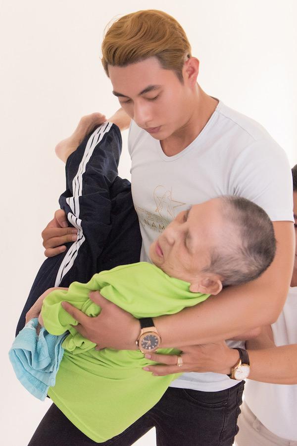 Quán quân Mister Việt Nam cùng dàn nghệ sĩ ân cần chăm sóc người bại liệt 5
