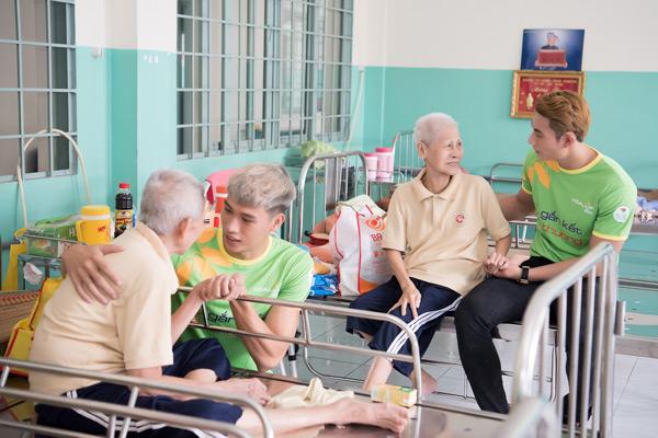 Quán quân Mister Việt Nam cùng dàn nghệ sĩ ân cần chăm sóc người bại liệt 6