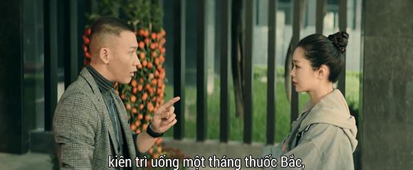 Minh Xuyên còn nhiệt tình chỉ chỗ bốc thuốc kê đơn cho đồng nghiệp
