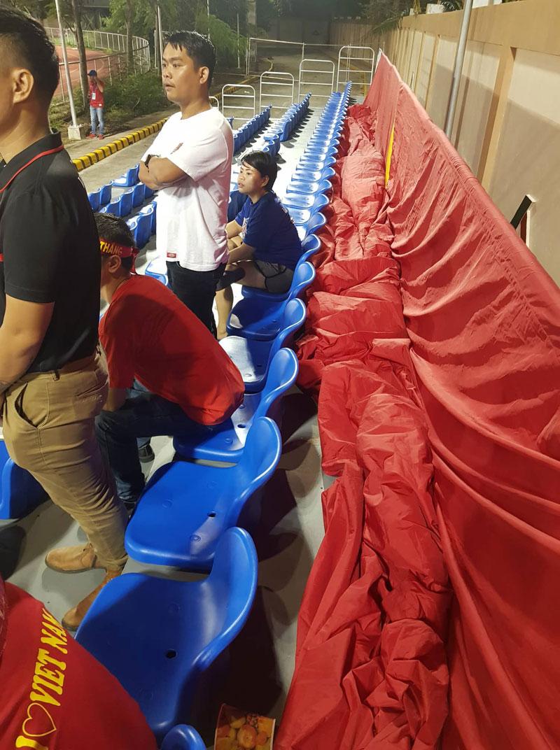 Các cổ động viên chăm chú theo dõi đội nhà thi đấu.