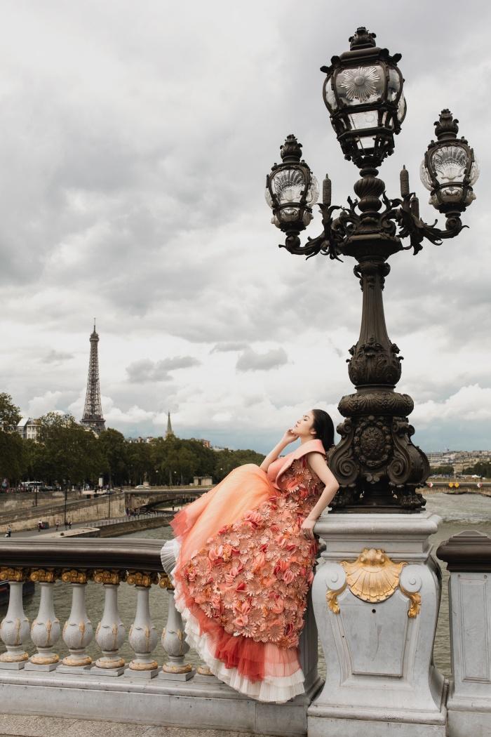 Hoa hậu Áo dài Tuyết Nga hoá quý cô thời thượng ở Paris 1
