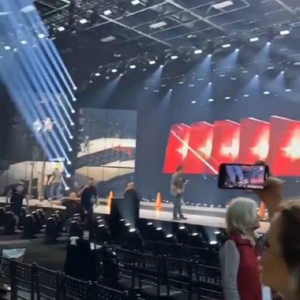 Hình ảnh sân khấu đêm bán kết Miss Universe 2019 đang được chuẩn bị.