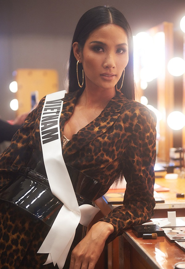 Bán kết Miss Universe 2019: Hoàng Thùy hô to hai tiếng 'Việt Nam', tự tin catwalkđầy điêu luyện giữa dàn thí sinh 'vồ ếch' trên sân khấu 8