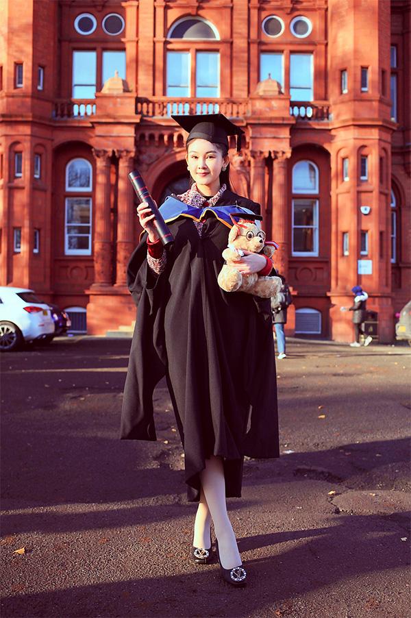 Người đẹp diện trang phục đặc trưng của các buổi lễ tốt nghiệp, gương mặt trang điểm nhẹ nhàng. Đặc biệt, cô còn ôm thêm 'gấu cử nhân' như một nét văn hóa phương Tây.