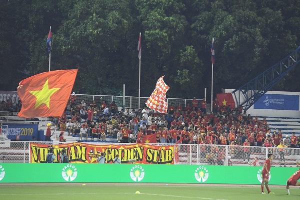 Cổ động viên Việt Nam nhuộm đỏ khán đài SVĐ Rizal Memorial- Philippines