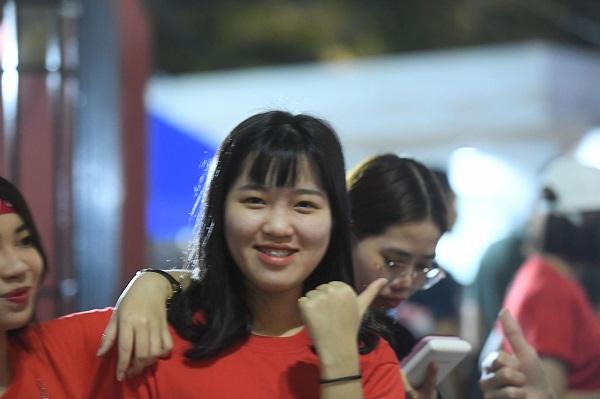 Cổ động viên Việt Nam hừng hực khí thế 'tiếp lửa' cho đội nhà trong trận đấu với Campuchia 5