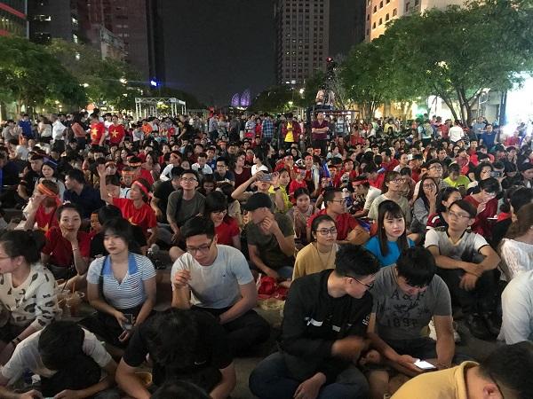Rất đông người với sắc áo đỏ tập trung tại phố đi bộ Nguyễn Huệ để cổ vũ cho đội tuyển Việt Nam