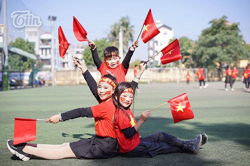 Cổ động viên Việt Nam hừng hực khí thế 'tiếp lửa' cho đội nhà trong trận đấu với Campuchia 2