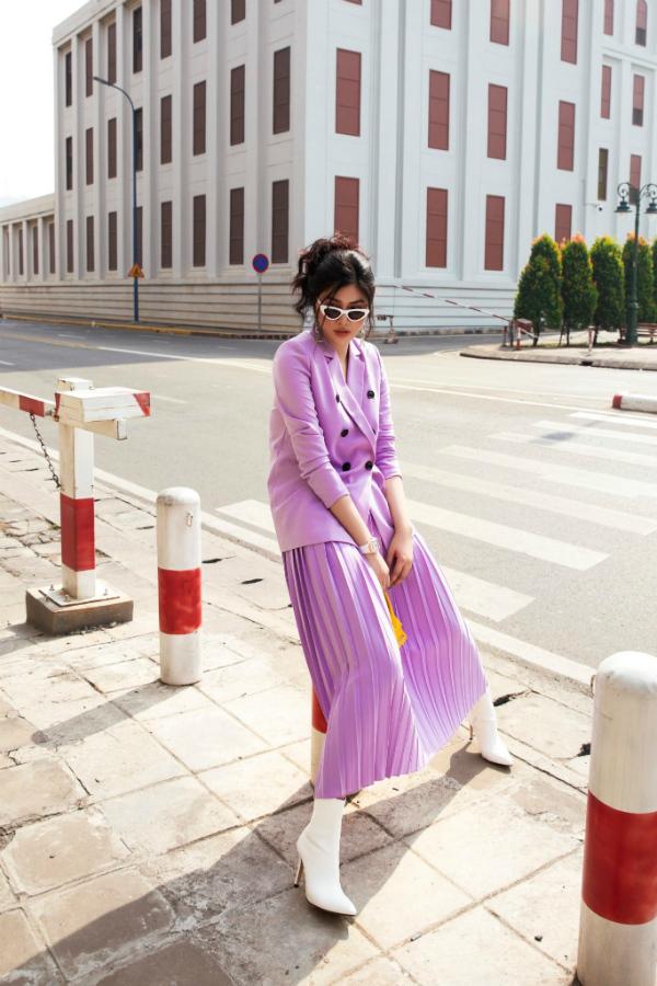 Chân dài tự tin thả dáng trong cái nắng Sài Gòn.